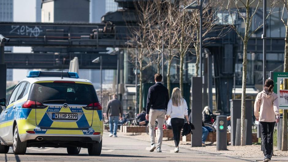 Kontrolle: Die Polizei achtet nicht nur am Mainufer von Frankfurt auf die Einhaltung des Kontaktverbots