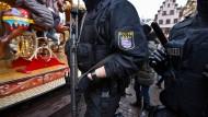 """""""Unsere Sicherheitsvorkehrungen sind sehr hoch und bleiben auf dem Level"""": Polizisten auf dem Frankfurter Weihnachtsmarkt"""