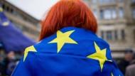 """Pro EU: Eine Anhängerin von Pulse of Europe auf dem Frankfurter Goetheplatz am Sonntag - der Bewegung hat in """"Youropean"""" einer Art Konkurrenz bekommen"""