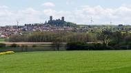 Vision: Die Planer erlauben an der Burg Münzenberg in der Wetterau nur noch einzelne Windräder hinter der nächsten Hügelkette.
