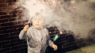 """Feuerwerk in Kinderhänden? """"Man sollte die Gefahren eines Feuerwerks nicht unterschätzen"""", mahnt Hessens Sozialminister"""
