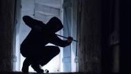 Serientäter: Ein Mann soll auch und gerade in Hessen mehr als 900 Einbrüche verübt haben - nachdem er vor 13 Jahren schon mal verurteilt worden war