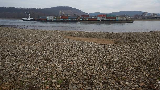 Der Rhein ist so schmal wie lange nicht mehr