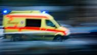 Ein Rettungswagen auf dem Weg zu einem Einsatz.