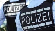 In Groß-Gerau in Südhessen ist nach einem Streit eine Frau an ihren Stichverletzungen gestorben. Ihr Ehemann ist der Tatverdächtige. Die Ermittler untersuchen nun die Hintergründe des Streits.