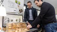 Kooperative: Der Frankfurter Architekt Hans Drexler und sein spanischer Kollege Rafael Moreno Guerrero (rechts) planen gemeinsam an einem Wohnhaus