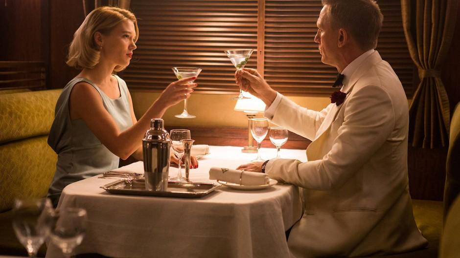 """Shaken, not stirred: Für einen anständigen Martini hat 007 immer Zeit – nicht nur, wenn er wie hier in """"Spectre"""" mit Madeleine Swann im Oriental Desert Express durch die marokkanische Wüste gondelt."""