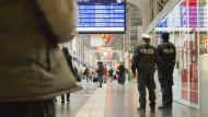 Festnahme: Auf der Flucht wählte er den Frankfurter Hauptbahnhof für die Durchreise - dort lief der 47 Jahre alte Mann aber in eine Routinekontrolle (Symbolbild)