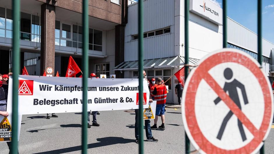Standhaft I: Beschäftigte von Günther & Co. protestieren gegen die geplante Schließung ihres Betriebs