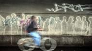 Ziel: Radler leben bisweilen gefährlich, so wie einer, der gerade nahe Bruchköbel in einer Unterführung beschossen worden ist (Symbolfoto)