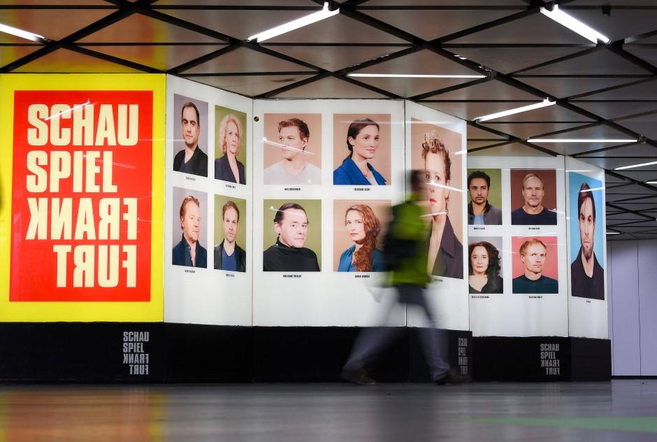 Wer spielt am Main? B-Ebene der U-Bahn-Station Willy-Brandt-Platz zeigt Porträts der Ensemblemitglieder des Schauspiels
