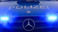 Luxus-Sportwagen schleudert auf Kreuzung umher