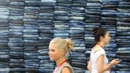 Massenware: An Jeans herrscht im Einzelhandel kein Mangel - umweltfreundlich hergestellte Marken muss der Verbraucher aber suchen.
