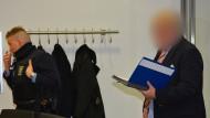 """Auftritt: der mutmaßliche """"Reichsbürger"""" (rechts) in Hanau vor Gericht"""