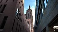 Teil der neuen Altstadt: Frankfurter Dom, gesehen zwischen Schirn und Stadthaus