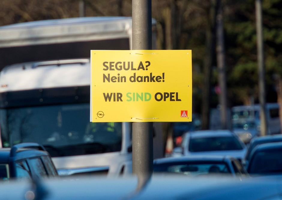 Plakativer Protest: Opelaner in Rüsselsheim gegen einen Teilverkauf des Entwicklungszentrums an den Dienstleister Segula –gesehen im März 2019
