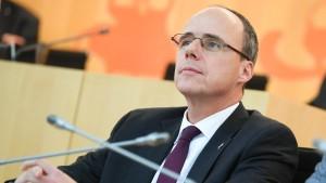 Hessens Innenminister verteidigt Büttenrede über Flüchtlinge