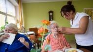 Hilfe aus Fernost: Die Chinesin Jie Lu arbeitet seit wenigen Wochen in einem Frankfurter Pflegeheim.