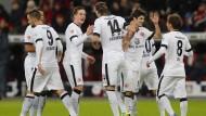 Zufrieden: Die Eintracht um Torschütze Alex Meier (MItte) hat in Leverkusen überzeugt