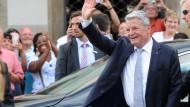 Gruß an die Menge: Bundespräsident Joachim Gauck bei seiner Ankunft in Bad Hersfeld, wo er die Festspiele besucht hat.