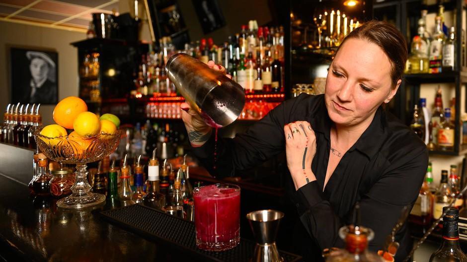 """Nicht nur die Klassiker: Diana Haider-Zakrzewski mixt ihren """"Blaubär""""-Cocktail mit Gin, Heidelbeeren, Rosmarin, Ingwer und Zitrone."""