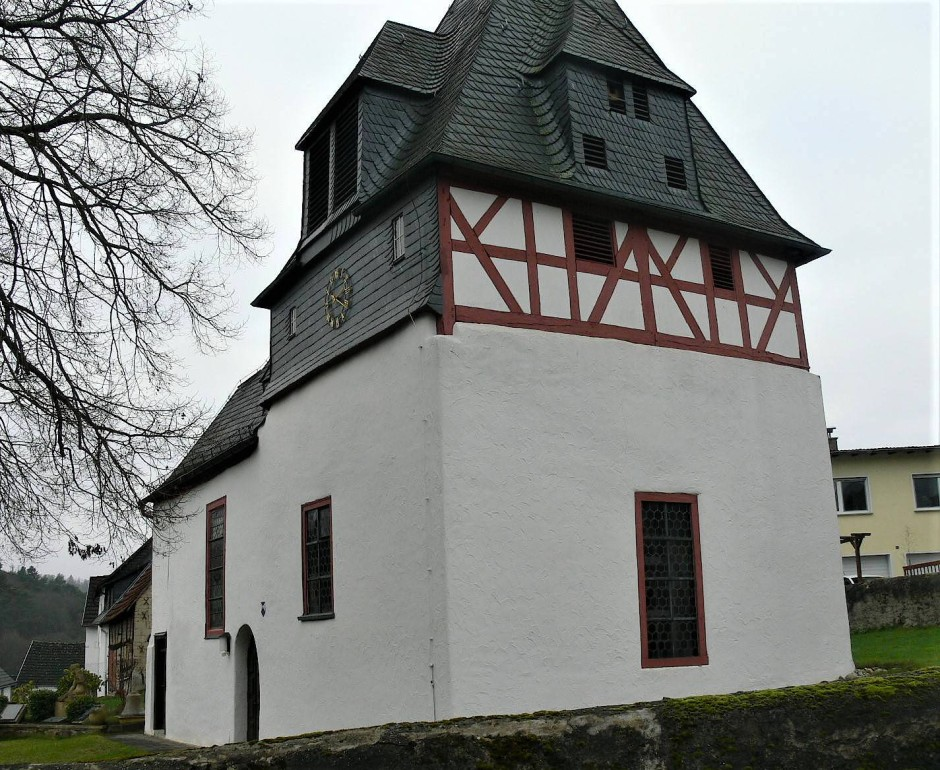 Wie eine kleine Trutzburg liegt die Pfarrkirche von Kröffelbach mit ihrem gedrungenen Chorturm über dem Ort.