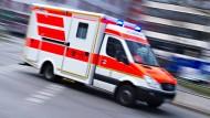 In Frankfurt ist ein kleiner Junge aus dem Fenster gestürzt - er fiel mindestens zehn Meter tief und kam auf einem Grünstreifen auf.