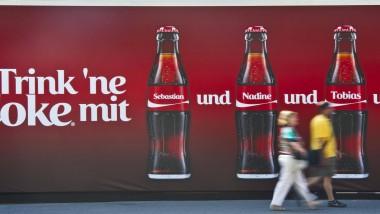 Ausgezeichnete Idee: Die personalisierten Cola-Flaschen, die hier auf einer Plakatwand zu sehen sind, kamen bei Teenagern gut an.