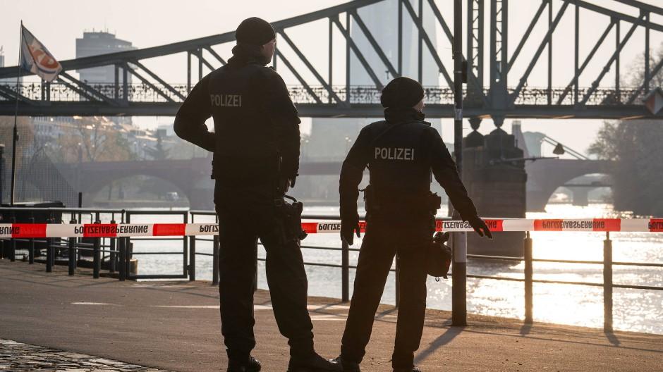 Tatort: Polizisten vor dem Eisernen Steg, an dem eine Beamtin mit einem Blumenkübel angegriffen wurde