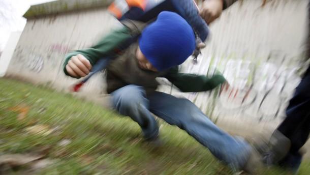 grundschulkinder-treten-auf-siebenj-hrigen-ein-prellungen-an-kopf-und-oberk-rper