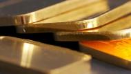 Erleichtert: Rund zehn Kilogramm Gold und Bargeld hat ein Rentner in Friedberg vor seine Haustür gelegt – falsche Polizisten nahmen es mit