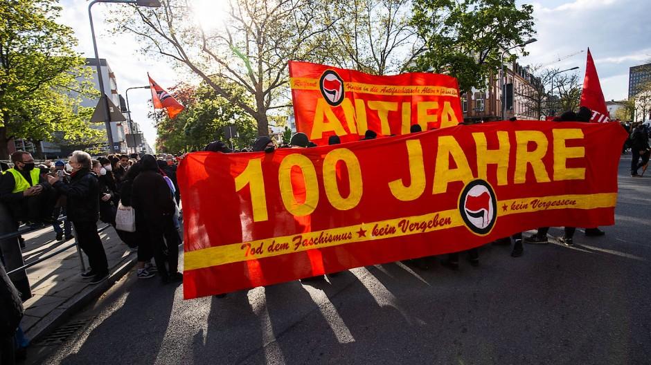 Gleiches Theater, anderes Stück: Wieder haben sich Tausende im Gallus versammelt, um gegen Polizeigewalt zu protestieren und sich für den Antifaschismus stark zu machen. Diesmal bleibt die Demo aber friedlich.