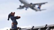 Nicht nur in Einflugschneisen beliebt: Schlafwandler auf dem Dach - gesehen in Raunheim