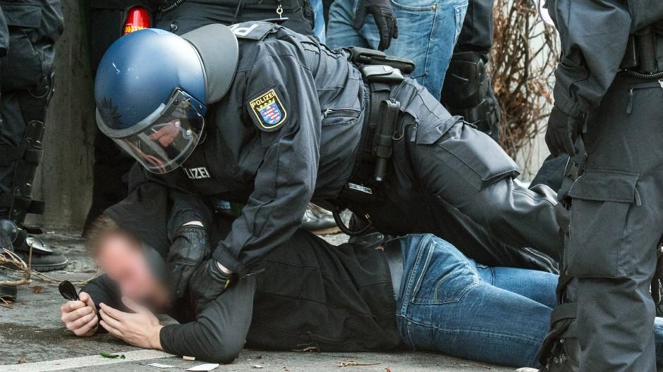 Festnahme: Am Rande von Spielen zwischen Eintracht und Lilien hat die Polizei immer wieder eingegriffen, dieses Foto zeigt einen Vorfall aus dem Jahr 2016