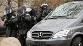 Volker Bouffier - Der hessische Ministerpräsident reist durch das Bundesland und informiert sich zu den Themen Sicherheit und Recht. In Frankfurt besucht er eine Übung des SEK.