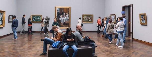 Öffentlich zugängliche Kunst: Besucher bei der Nacht der Museen im Frankfurter Städel
