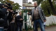 Abgang: Rennklub-Schatzmeister Carl Philip Graf zu Solms schließt das Tor des Vereins - auf dem Gelände will das DFB seine Fußballakademie einrichten