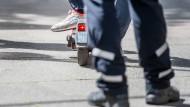 Im Verlauf des Sicherheitstags prüften Polizisten in Frankfurt auch E-Scooter, so wie bei einer früheren Aktion zu sehen