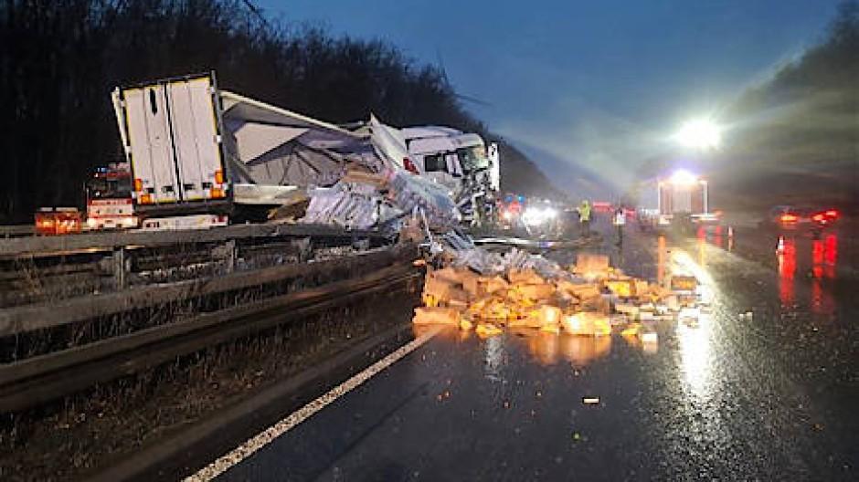 In die Mittelleitplanke geknallt: Lastwagen am Elzer Berg