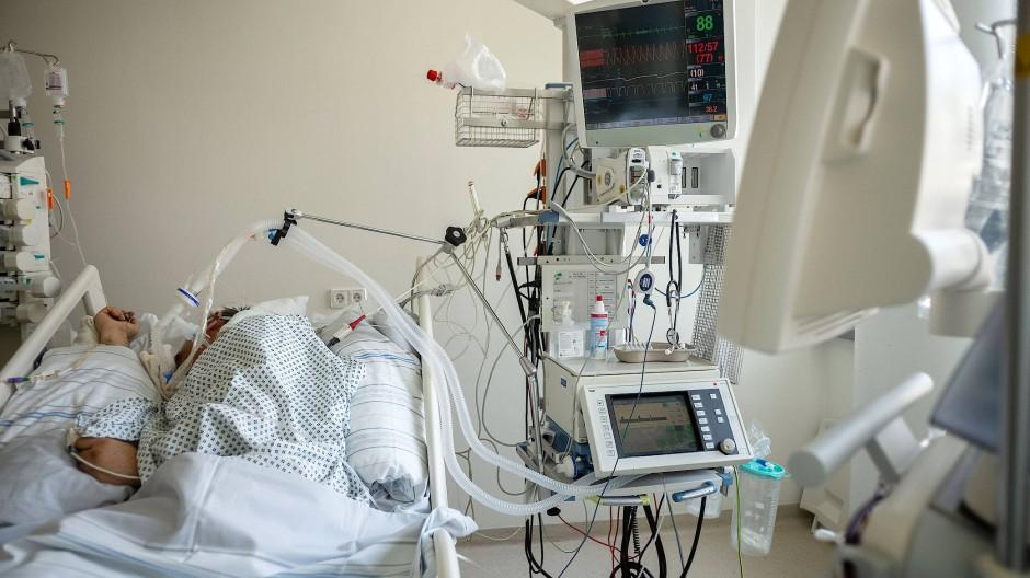 Luftzufuhr: Beatmungsgerät am Bett eines Corona-Patienten im Frankfurter Uni-Klinikum