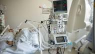 Luftnot: 45 Covid-Patienten müssen in hessischen Kliniken beatmet werden. Dieses Foto entstand im April in der Frankfurter Uniklinik, es zeigt einen Corona-Kranken