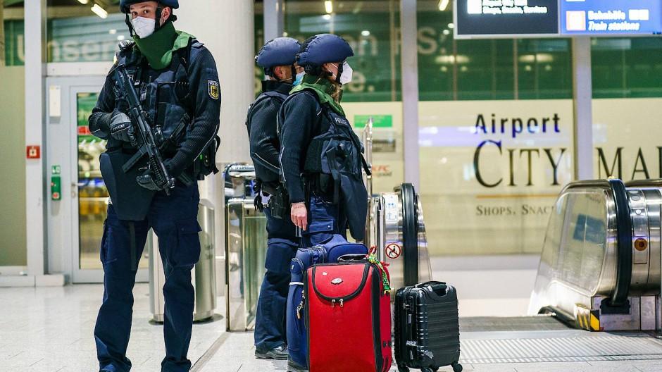 Wachsam: Polizisten am Frankfurter Flughafen während eines Einsatzes am Samstag