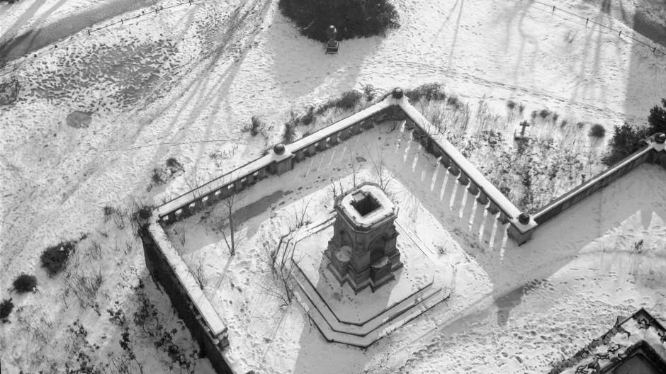 Nach Kriegsende 1945: der leere Sockel auf dem Peterskirchhhof