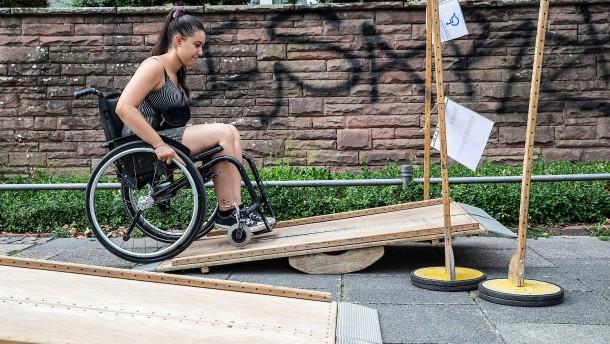 Rollstuhlfahrer trainieren auf Hindernisparcour