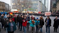 """Getrennt und doch immer zusammen: Demonstranten von den """"Freien Bürgern"""" am Roßmarkt, die Gegendemonstranten stehen unweit entfernt hinter dem Absperrzaun."""