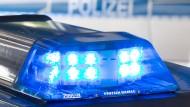 Nach einer falschen Bombendrohung in Steinbach suchen die Polizisten nach dem Anrufer. Die Ermittler schließen vorerst einen Streich aus.