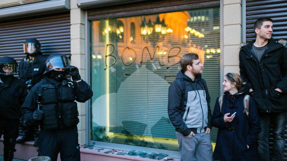 Sicherheitslage: In der Innenstadt kam es zu massiven Ausschreitungen. Deshalb sind Frankfurter Schüler am Donnerstag vom Unterricht freigestellt.