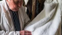 Prüfblick: Der 84 Jahre alte Frankfurter Pelzhändler Wolfgang Czech kontrolliert die Qualität eines Kaninchenfells.