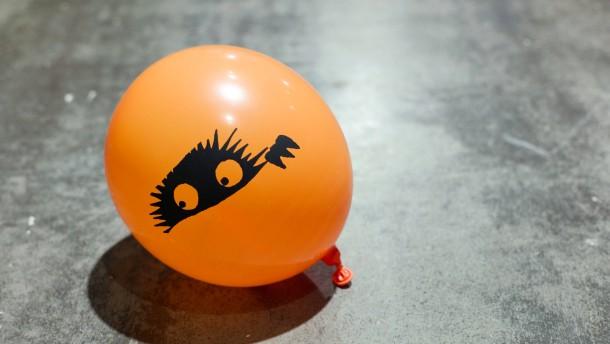 Junge an einem Luftballon erstickt