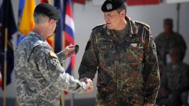 Die Zeremonie: Kommandeur Donald Campbell drückt dem deutschen Brigadegeneral Markus Laubenthal (rechts) das Abzeichen auf den Oberarm.